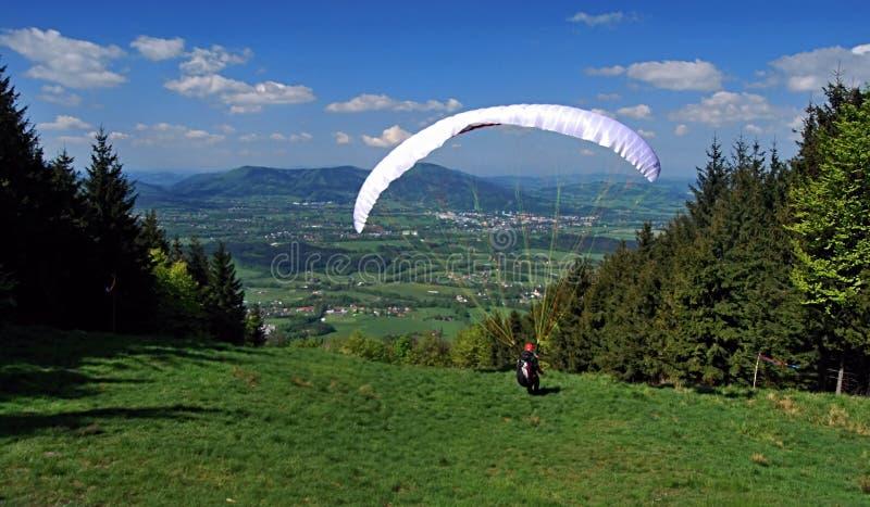 Parapentiste sur le pré près de la colline de Skalka image stock