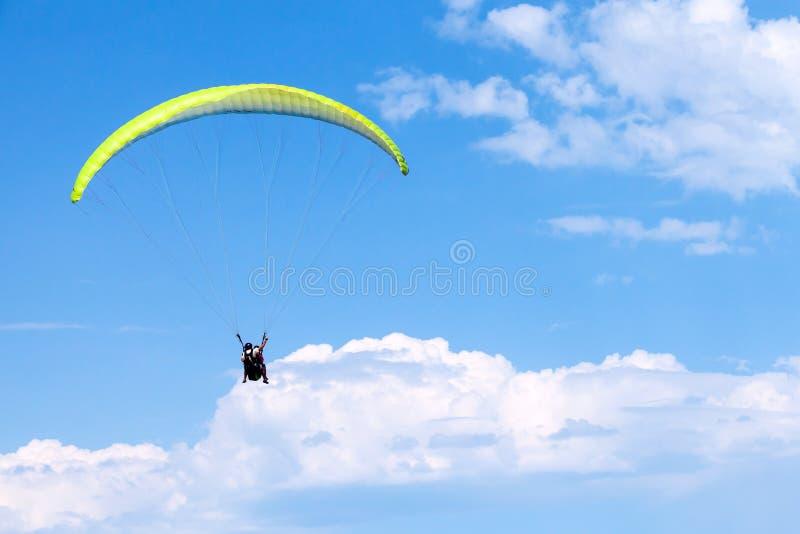 Parapentistes en ciel bleu avec des nuages, tandem photographie stock libre de droits