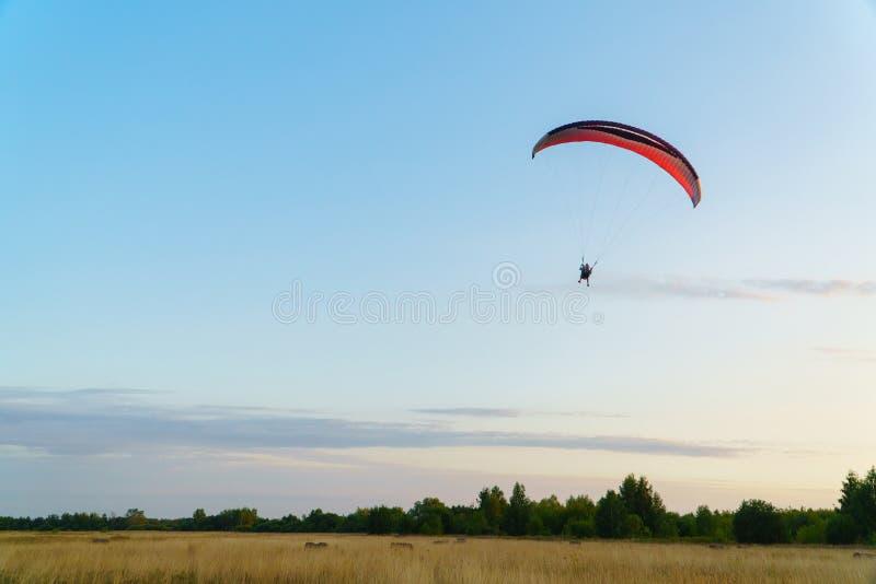 Paraplane op de blauwe hemelachtergrond, vrije tijdsactiviteit stock foto