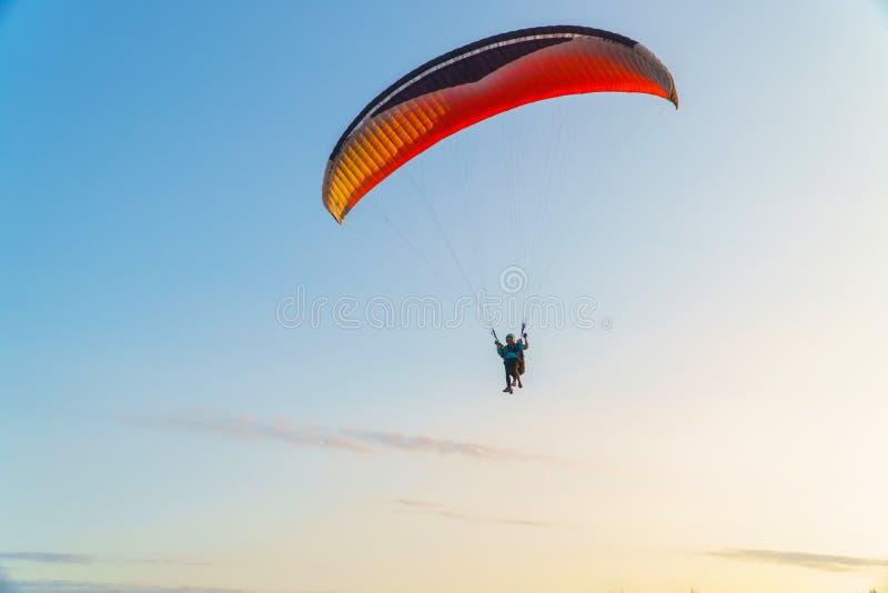 Paraplane op de blauwe hemelachtergrond, vrije tijdsactiviteit stock afbeelding