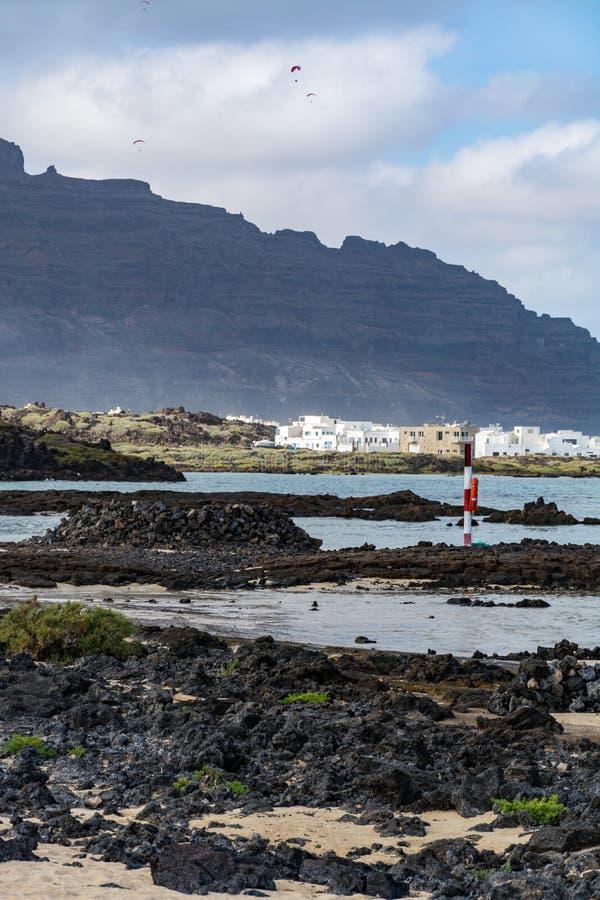 Paraplaner z paraplane na piaskowatej plaży, krańcowy sport fotografia stock