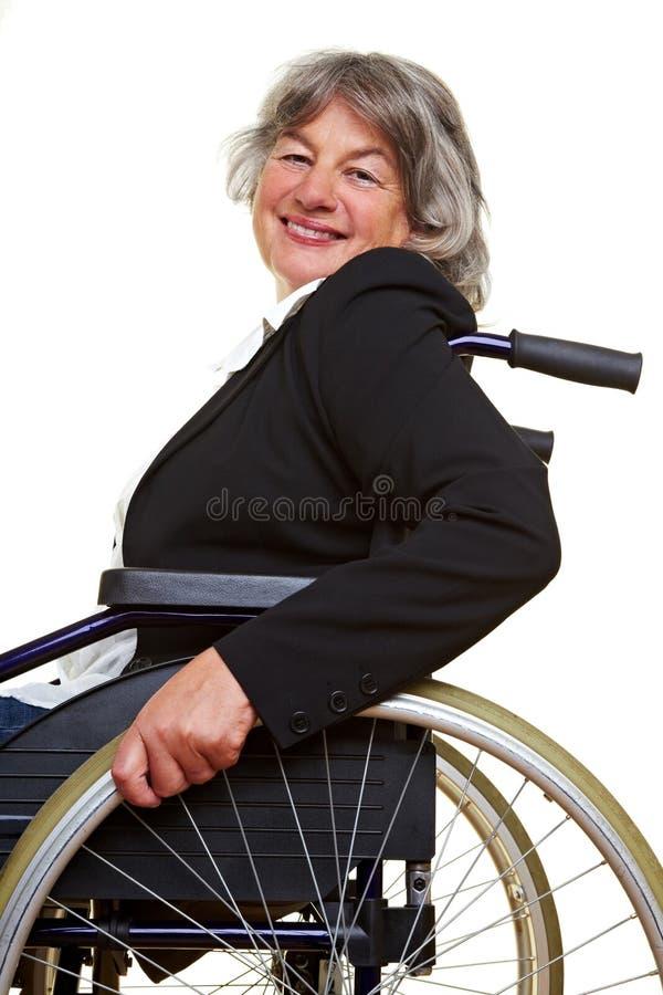 Paraplegische vrouw in rolstoel royalty-vrije stock afbeelding