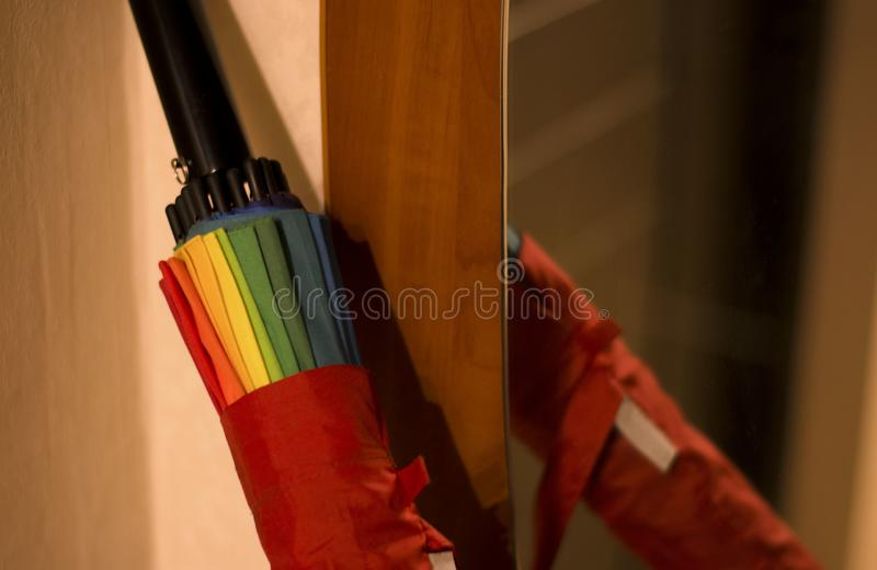 Paraplu in een dekkingsspiegel de huisdaling royalty-vrije stock foto's