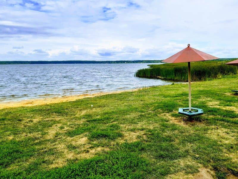 Paraplu op het lege strand stock fotografie