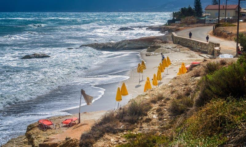 Paraplu's Ð ¾ n een leeg strand stock fotografie