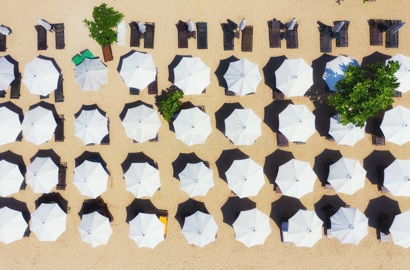 Paraplu's als achtergrond van hoogste mening Strand en zandachtergrond van hoogste mening De zomerzeegezicht van lucht Het Eiland royalty-vrije stock foto