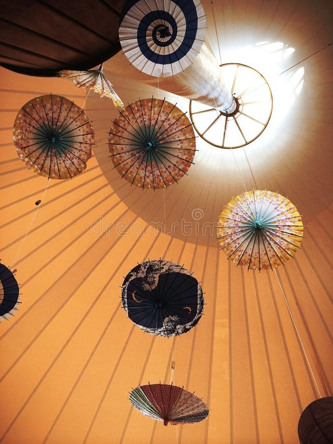 Paraplu's binnen de luifel royalty-vrije stock afbeelding