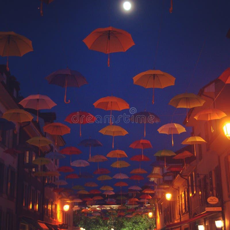 Paraplu's die in de hemel worden opgeschort royalty-vrije stock afbeeldingen