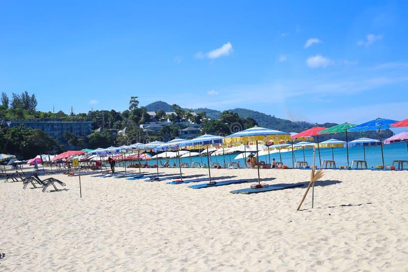 Paraplu's in een mooie dag op Surin-strand in Phuket Thailand royalty-vrije stock afbeeldingen