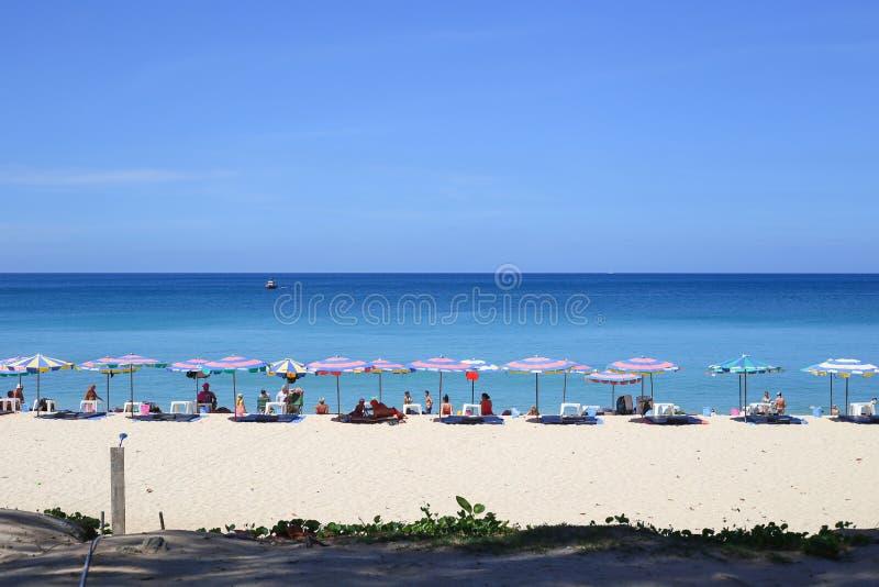 Paraplu's in een mooie dag op Surin-strand in Phuket Thailand royalty-vrije stock foto's