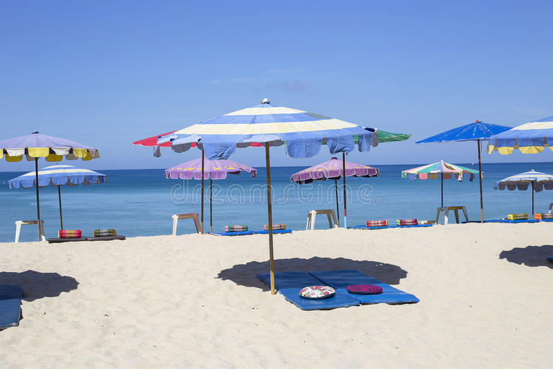 Paraplu's in een mooie dag op Surin-strand in Phuket Thailand royalty-vrije stock foto