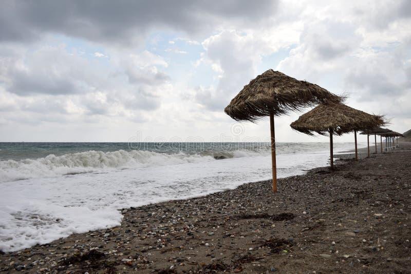 Paraplu's op het strand in de winter royalty-vrije stock fotografie