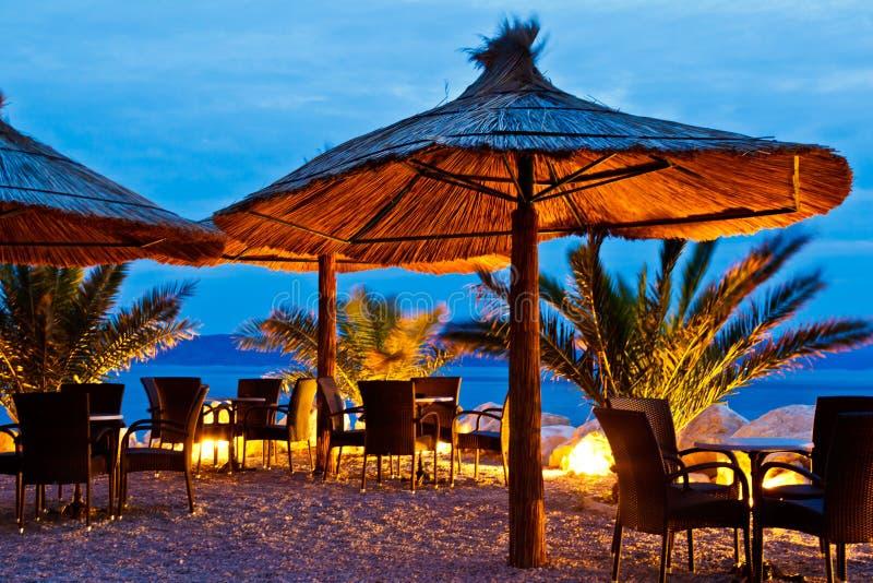 Paraplu's op het Strand van de Kiezelsteen bij Nacht royalty-vrije stock fotografie