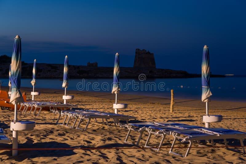 Paraplu's op het strand worden opgesteld dat royalty-vrije stock afbeeldingen