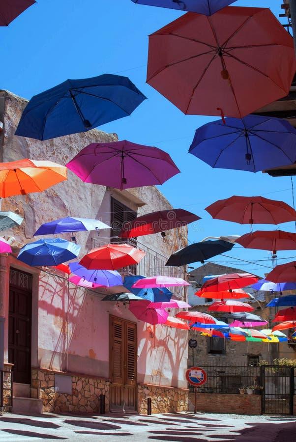 Paraplu's over een kleine straat royalty-vrije stock fotografie