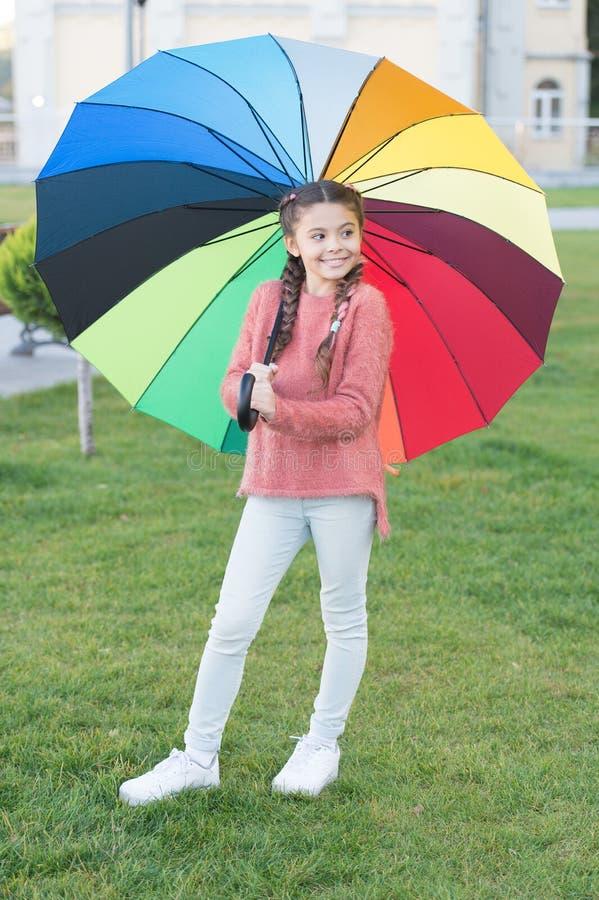 Paraplu voor weinig gelukkig meisje Regenboog na regen Vrolijk kind De lentestijl Positieve stemming in de herfst regenachtig wee stock foto's