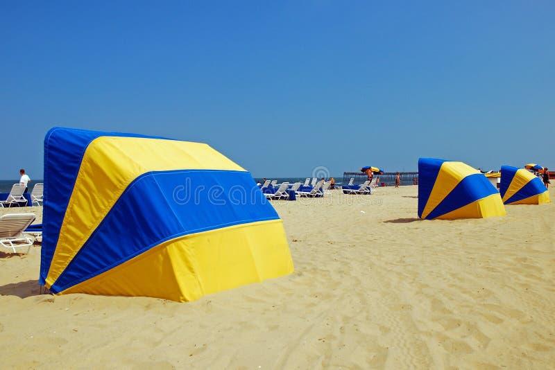 Parapluhutten op het strand stock foto's