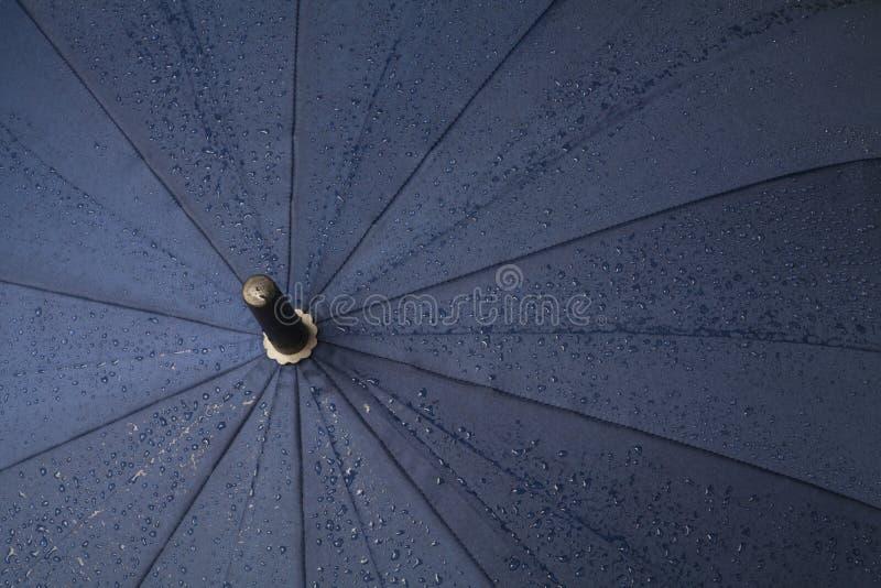 parapluie avec des baisses de pluie photos stock
