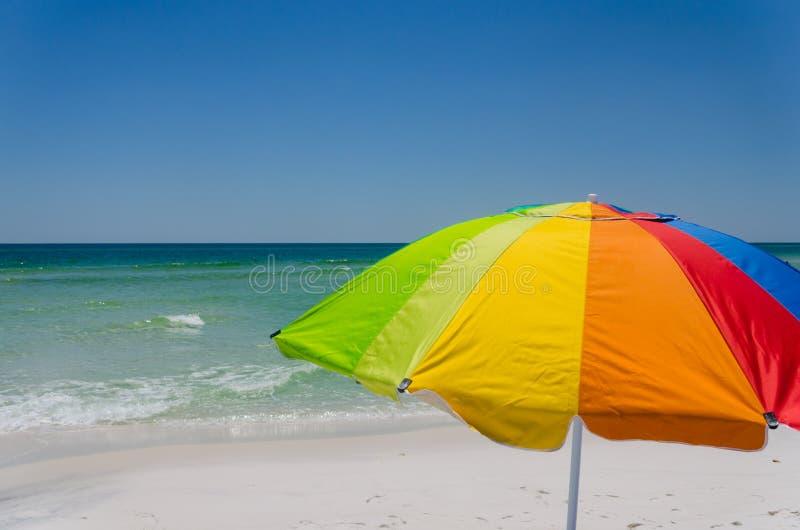Parapluie color? au rivage de plage d'oc?an images stock