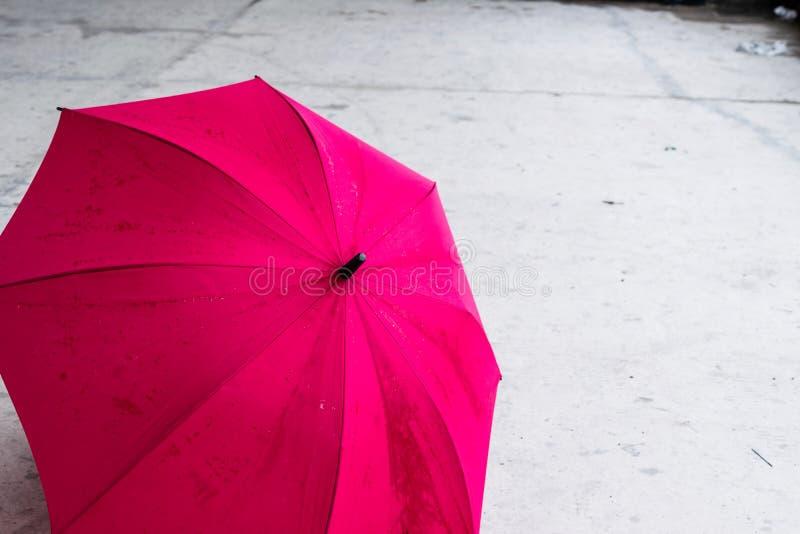 Parapluie coloré et ouvert rose sur la terre images stock