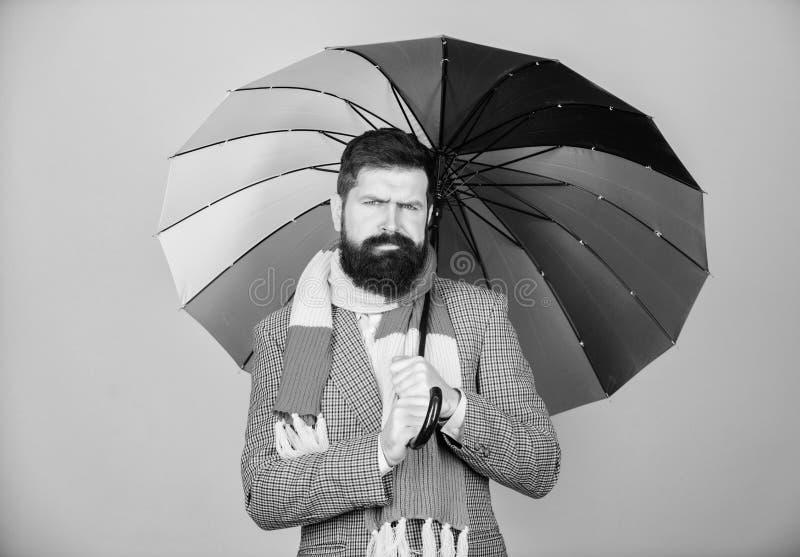 Parapluie color? de prise barbue de type d'homme Il semble pleuvoir Les jours pluvieux peuvent ?tre durs pour obtenir  Pr?par? ? image libre de droits