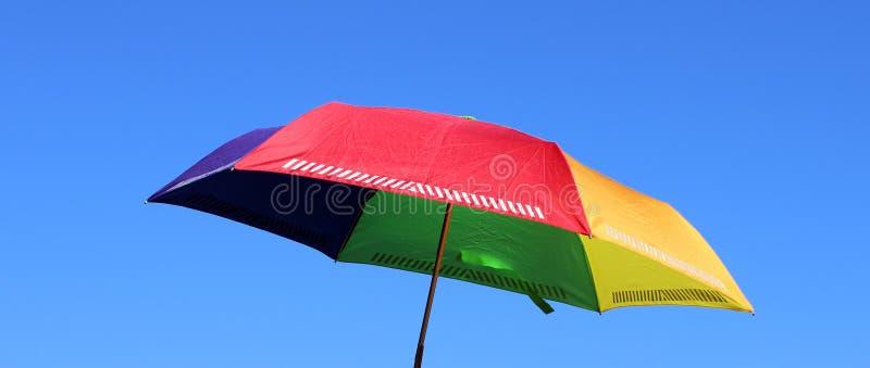 Parapluie couleur arc-en-ciel dans les couleurs colorées arc-en-ciel rouge orange jaune vert et bleu ciel d'été photographie stock