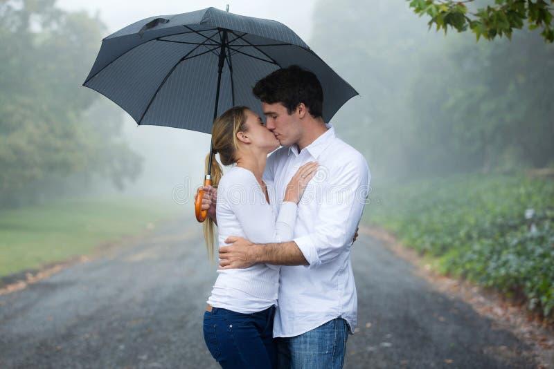 parapluie de baiser de couples images stock