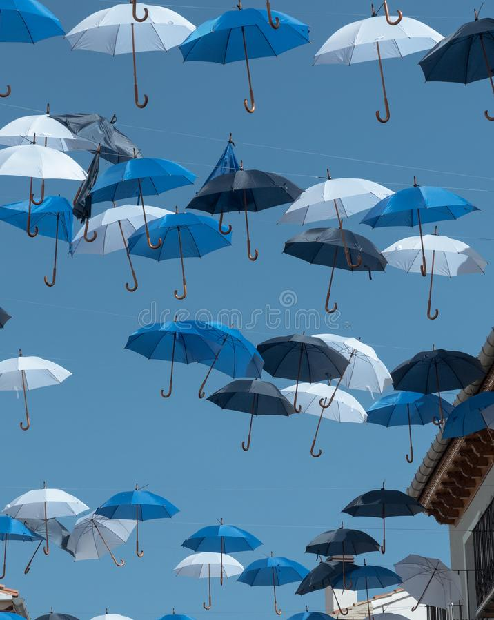 Parapluie de couleurs dans le ciel images stock