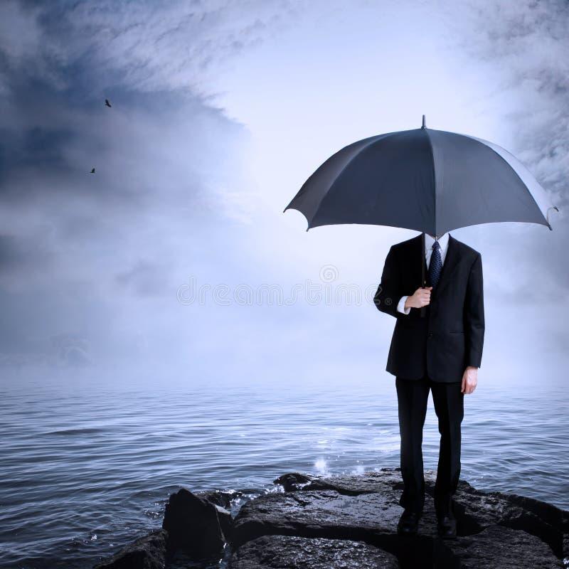 Parapluie de fixation d'homme à la côte images libres de droits