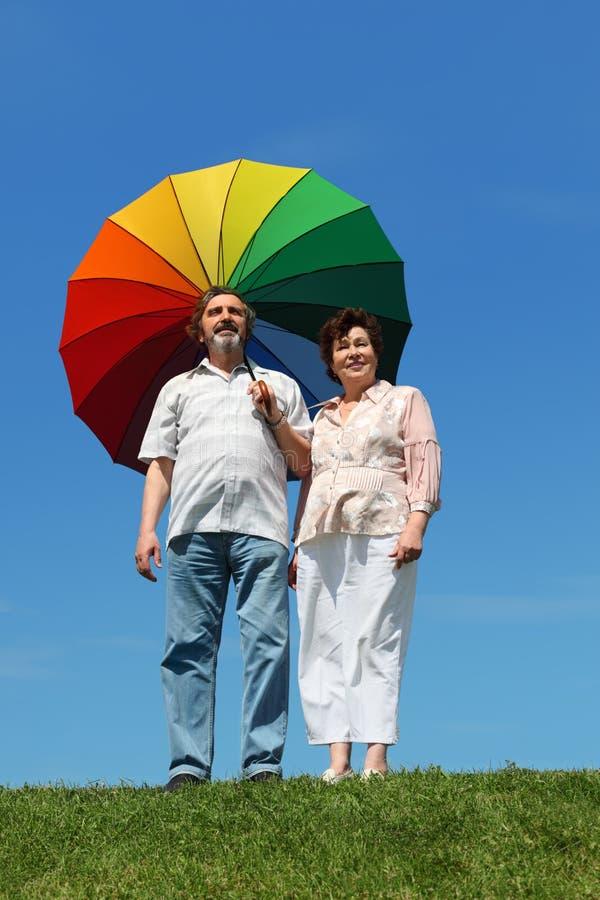 Parapluie de fixation de dame âgée et d'homme photos stock