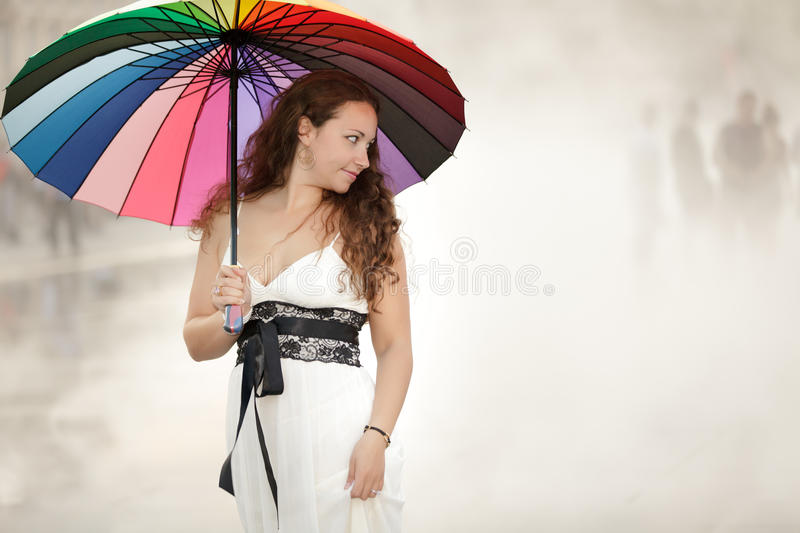Parapluie de fixation de femme photo stock