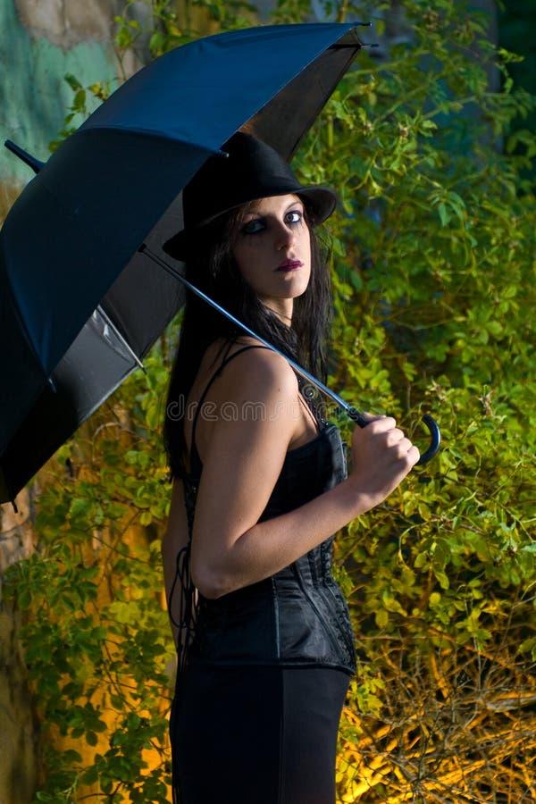 Parapluie de fixation de femme de Goth image stock