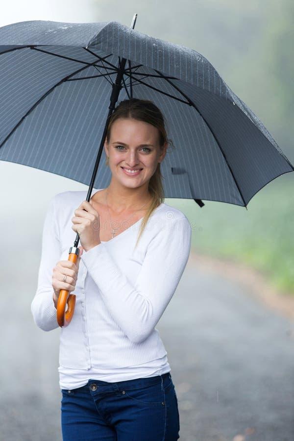 Parapluie de jeune femme images libres de droits