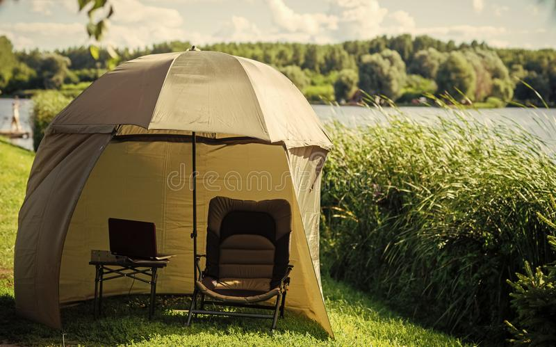 Parapluie de pêche à la plage de rivière ou de lac images stock
