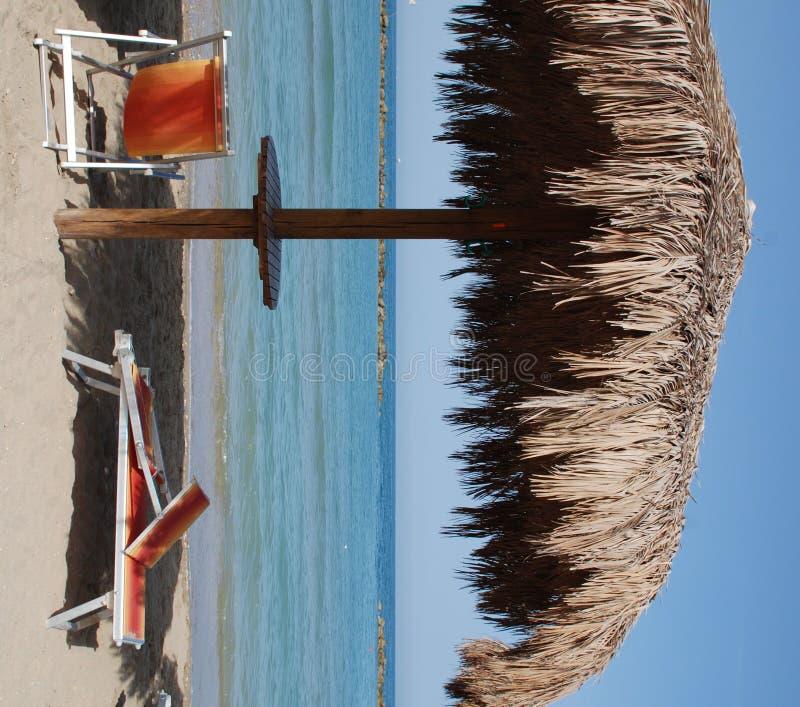 parapluie de paume de lame de plage photographie stock