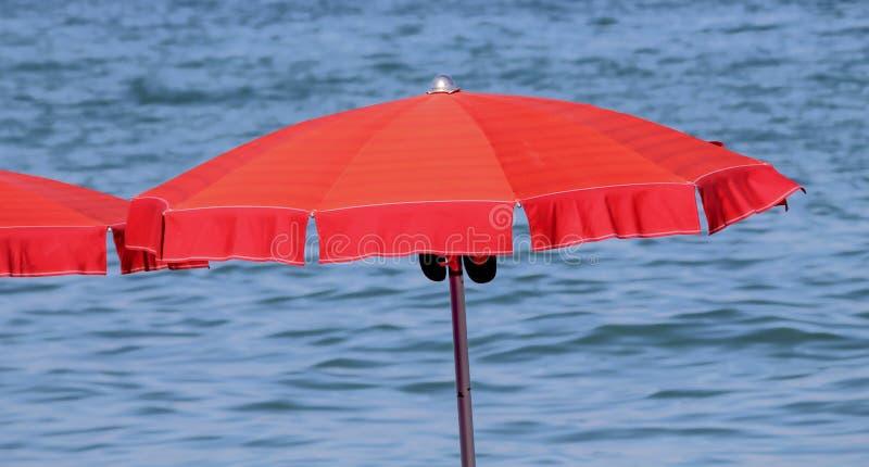 Parapluie de plage au lac photographie stock