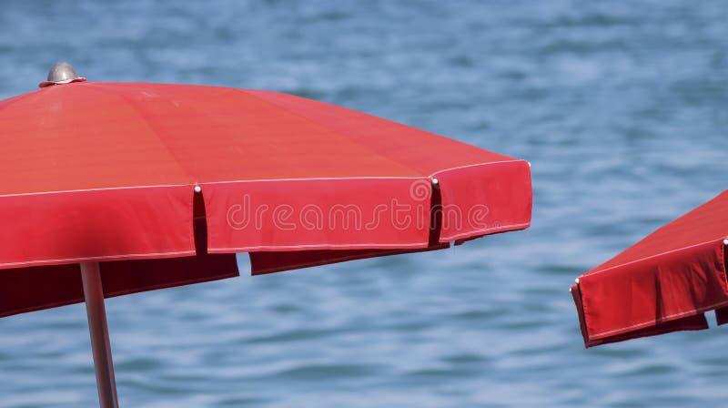 Parapluie de plage au lac photos libres de droits