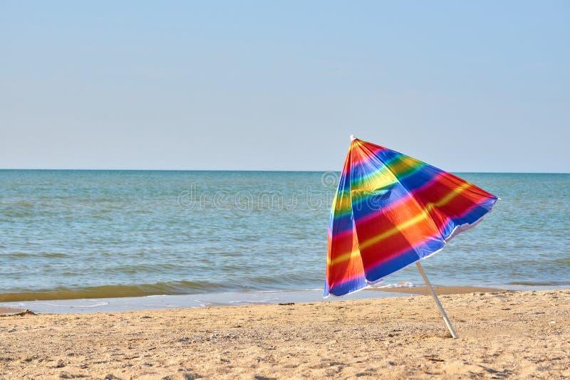 Parapluie de plage coloré plié sur la plage Se fermer de la saison des vacances photo libre de droits