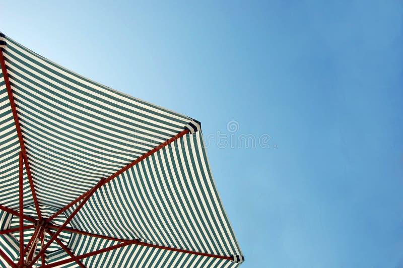 Parapluie de plage dans le ciel photographie stock