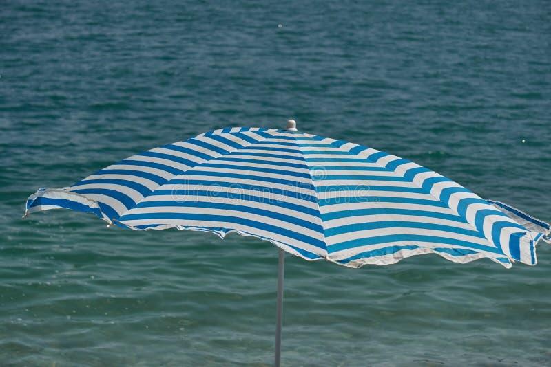 Parapluie de plage en mer images stock