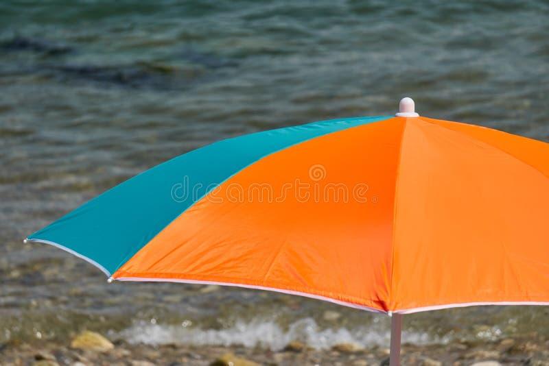 Parapluie de plage en mer photographie stock