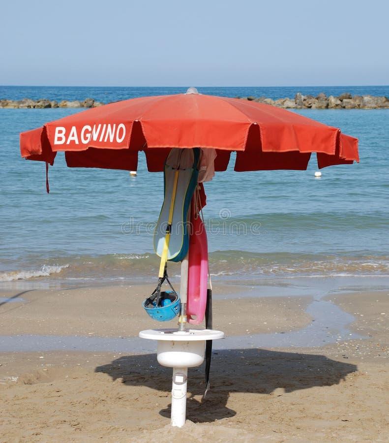 Parapluie de plage rouge photos stock