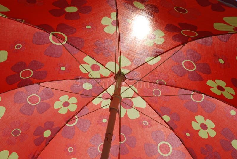 Parapluie de plage rouge image stock