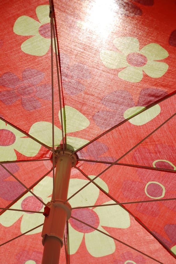 Parapluie de plage rouge photo libre de droits