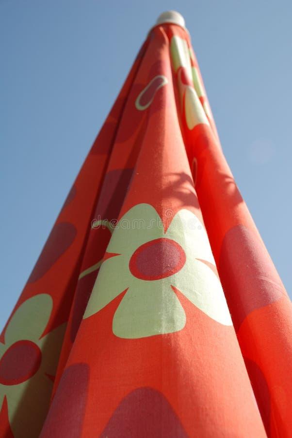 Parapluie de plage rouge plié photos stock