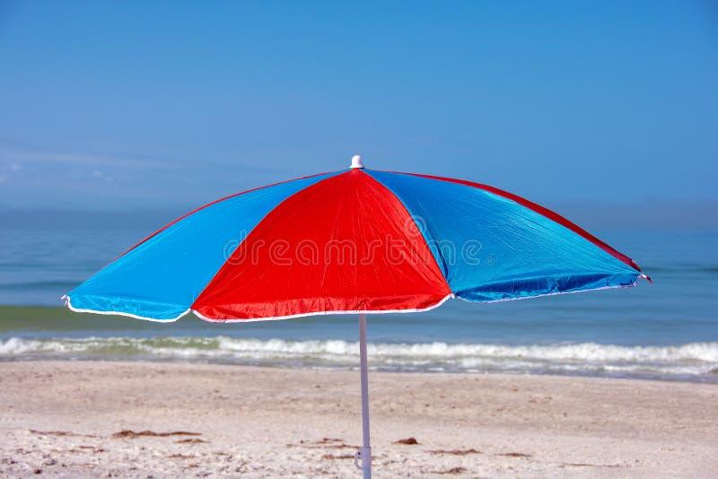 Parapluie de plage sur le bord de la mer images stock