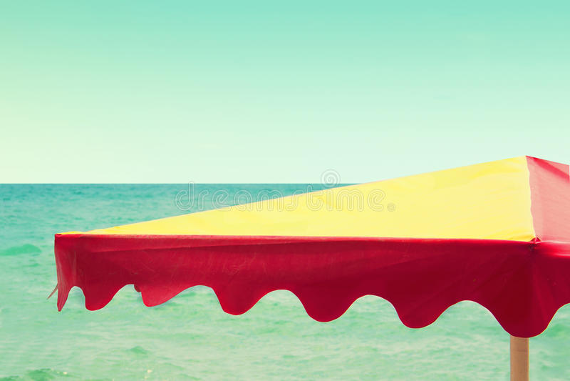 Parapluie de plage sur le fond de mer, rétro style de vintage photographie stock libre de droits