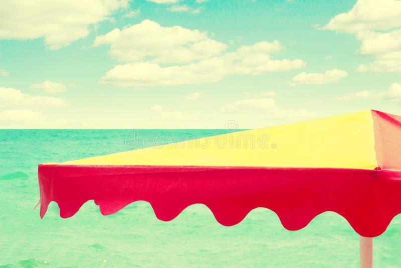 Parapluie de plage sur le fond de mer, rétro style de vintage photos libres de droits