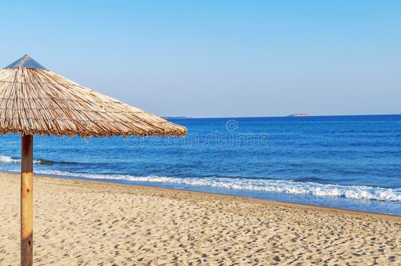 Parapluie de Reed sur la plage au bord de la mer photo libre de droits