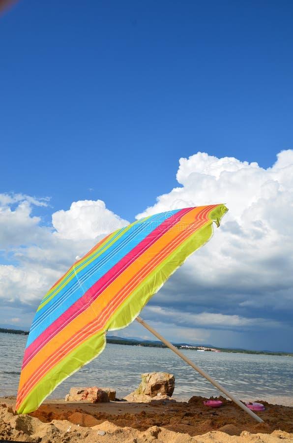 parapluie de soleil coloré photos libres de droits